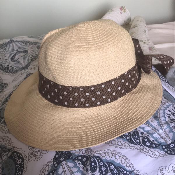 Chapéu de palha com detalhe poá