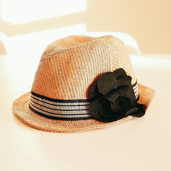 Chapéu de palha/praia com faixa e detalhe de flor