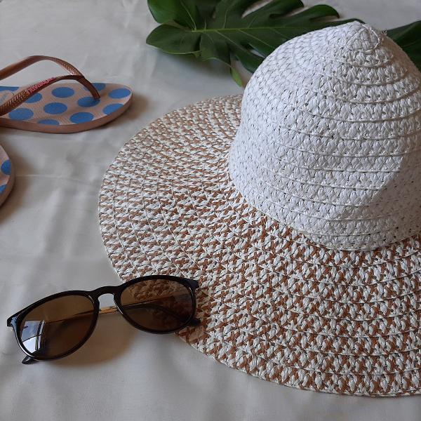 Chapéu de praia branco com detalhe em marrom