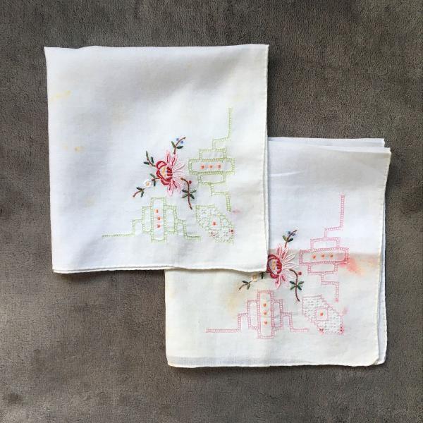 Par de lenços de bolso bordados à mão floral