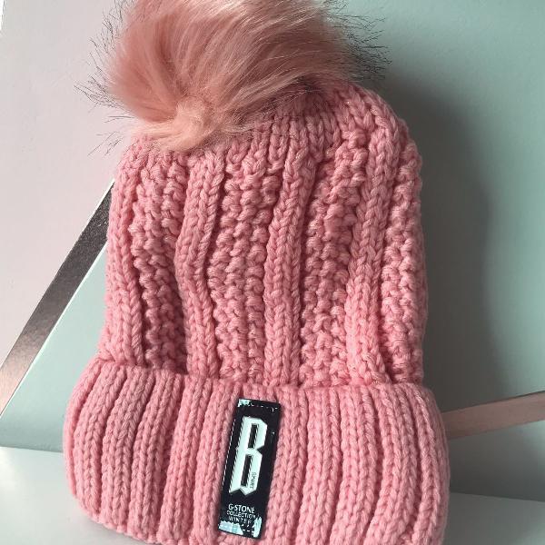 Touca rosa com forro em pelo e pompom grande