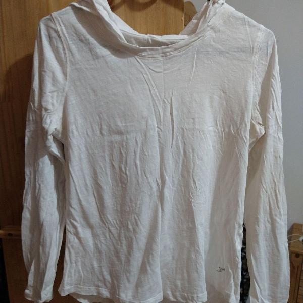 Blusa branca de academia manga longa e touca ajustável.