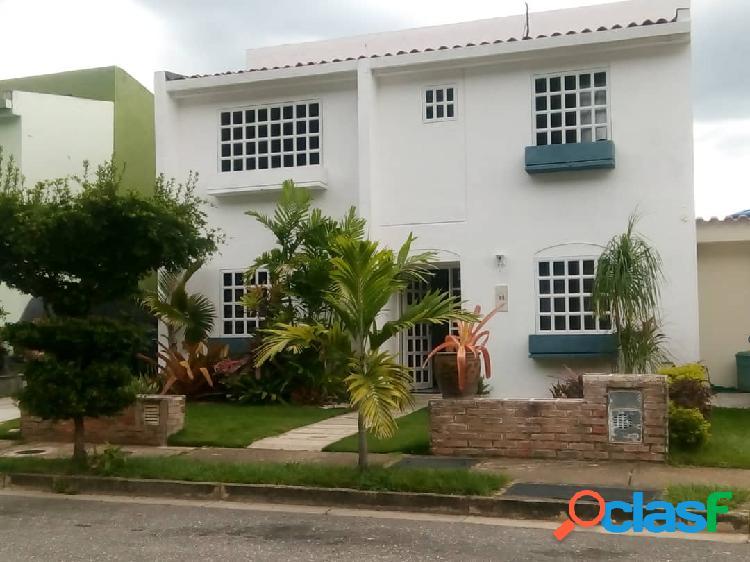 Venta de hermosa casa en urbanización privada parque mirador valencia