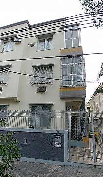 O apartamento mobiliado, com sala, varanda, dois quartos