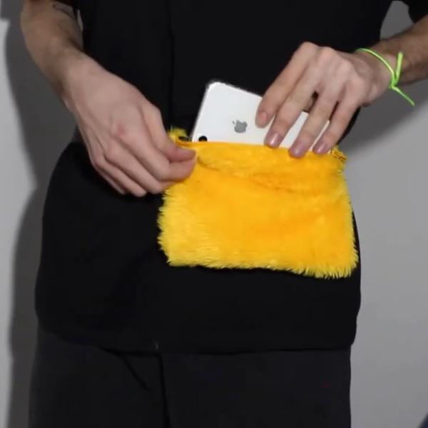 Pochetinha amarela de pelúcia