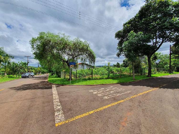 Terreno de esquina, plano, 1.500m, à venda no condomínio