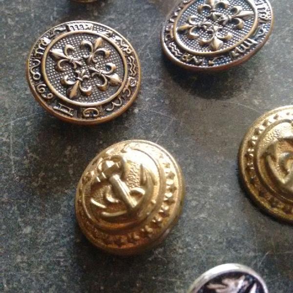 Botões militares antigos de metal