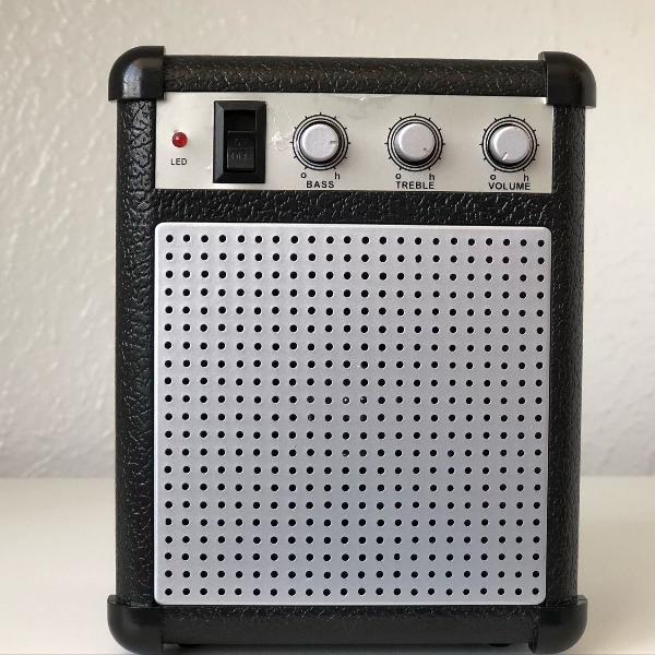 Caixinha de som em formato de amplificador de guitarra