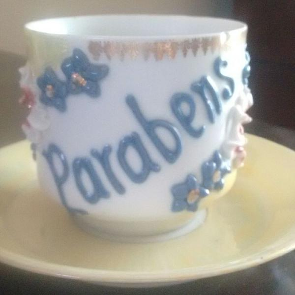 Xícara de chá antiga com pires em porcelana isabelina