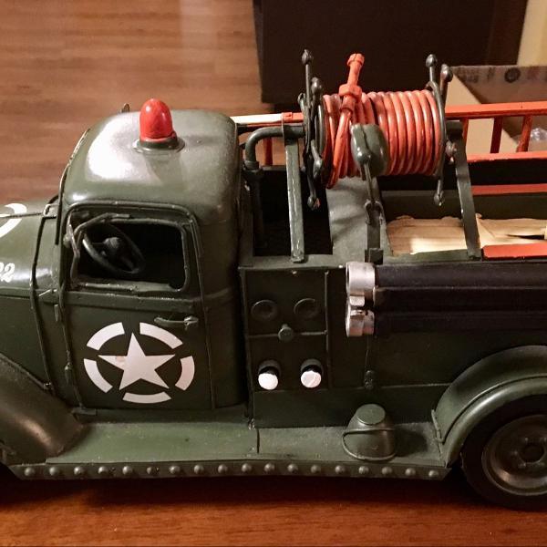 Caminhão militar de bombeiro vintage. dia dos pais!