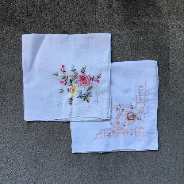 Conjunto de lencinhos bordados à mão em cambraia