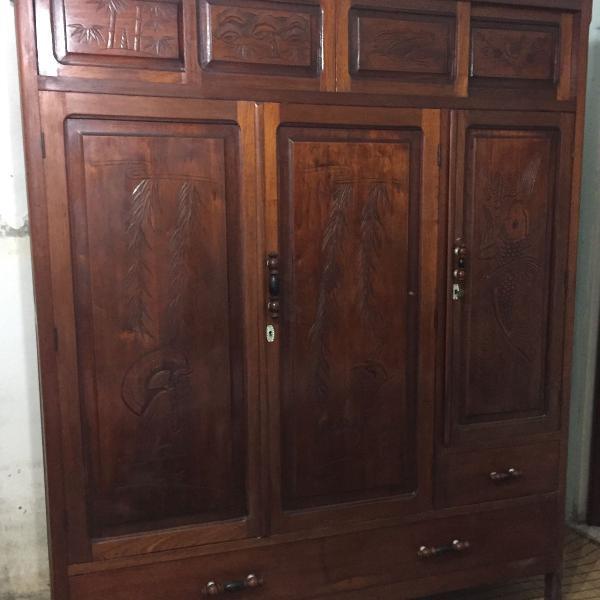 Guarda roupas antigo em madeira maciça