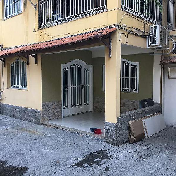 Casa de condomínio à venda bem localizada