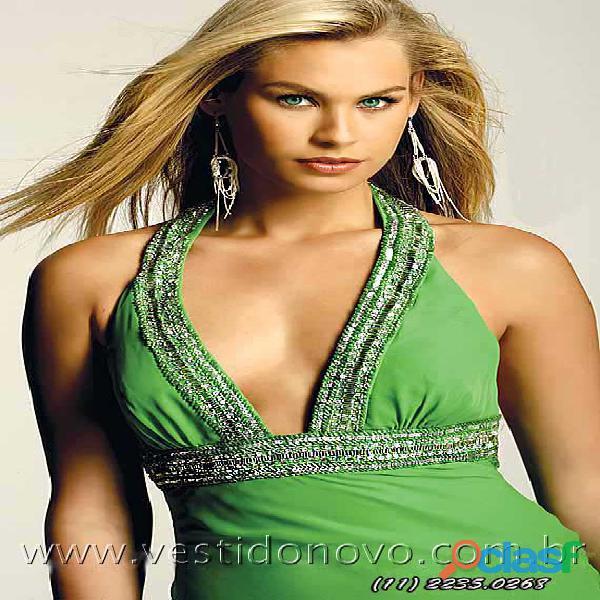 Vestido verde de formatura, com decote e costa cavada