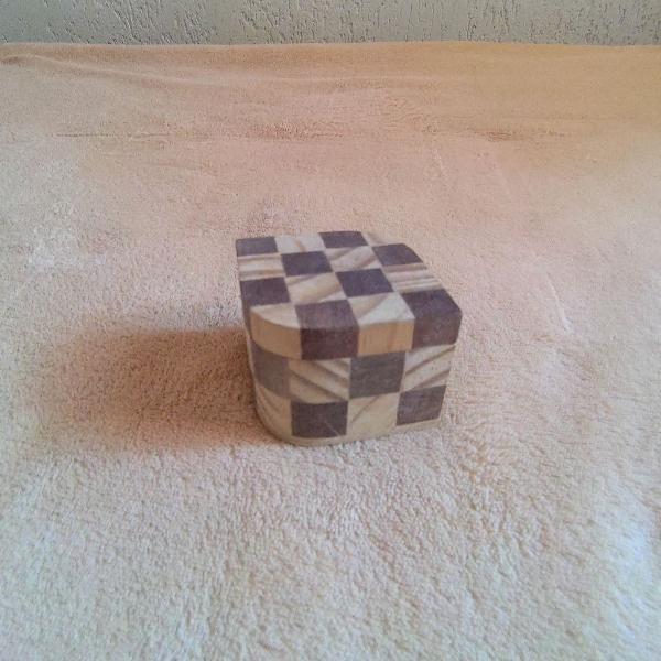 Caixinha em formato de losango de marchetaria