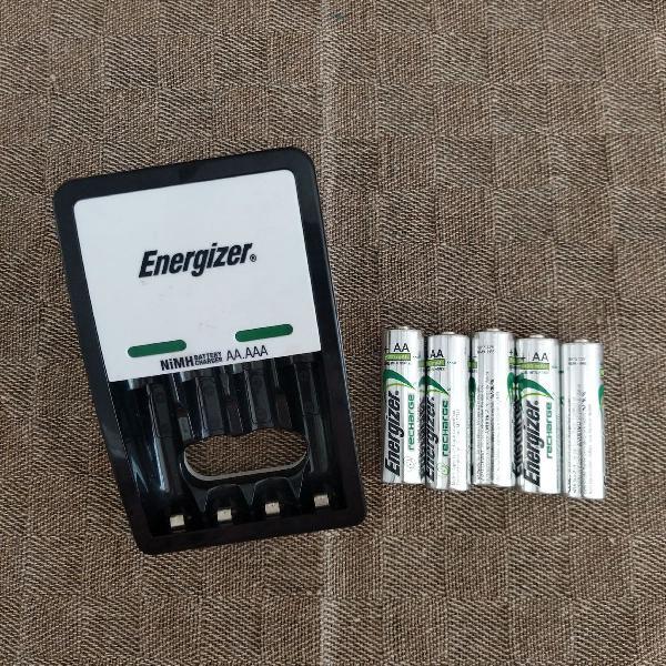 Carregador de pilhas recarregáveis e 5 pilhas