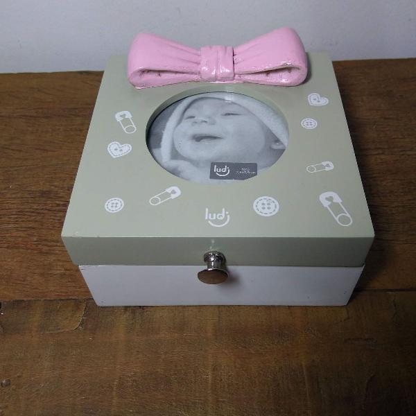 Porta treco e retrato com laço rosa