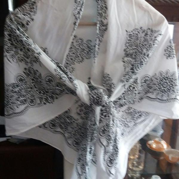 Lenço preto e branco com estampa de batik