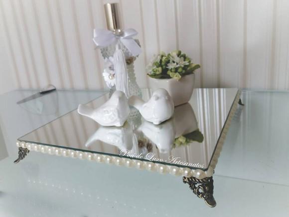 Bandeja decorativa com espelho, pés e pérolas