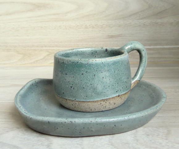 Conjunto de xicara e pires em ceramica