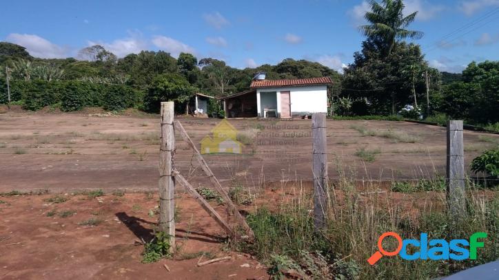 Chácara no município de nova resende, com uma casa simples e pequena.