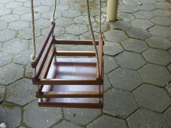 Balanço assento tábua verniz escuro corda sisal