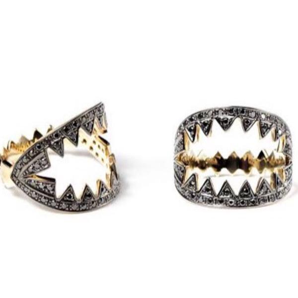 Anel armadilha ara vartanian ouro amarelo e diamantes negros