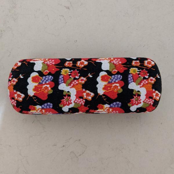 Porta óculos estampado floral e forrado internamente
