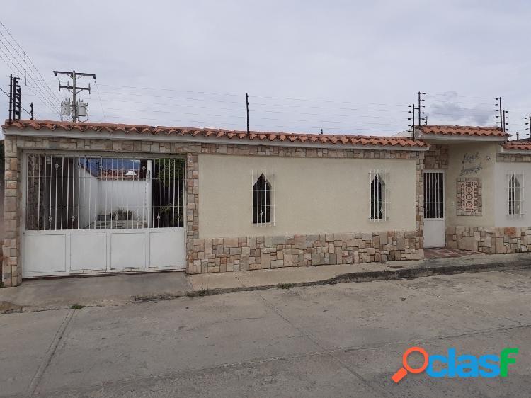 Venta casa urbanización cerrada la fontana maracay. 258mts2
