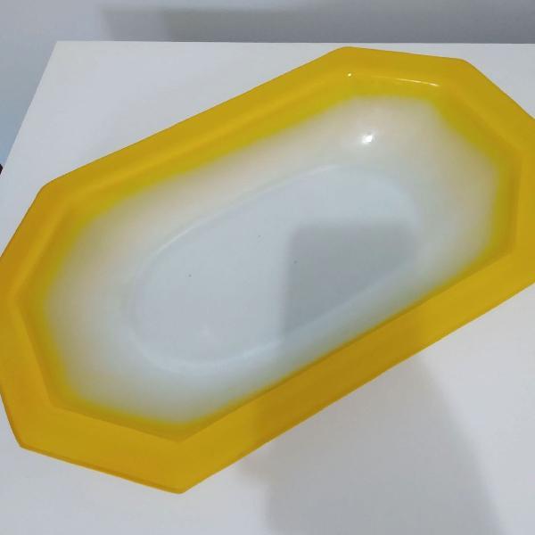 Tigela de vidro retangular antiquária mas moderna