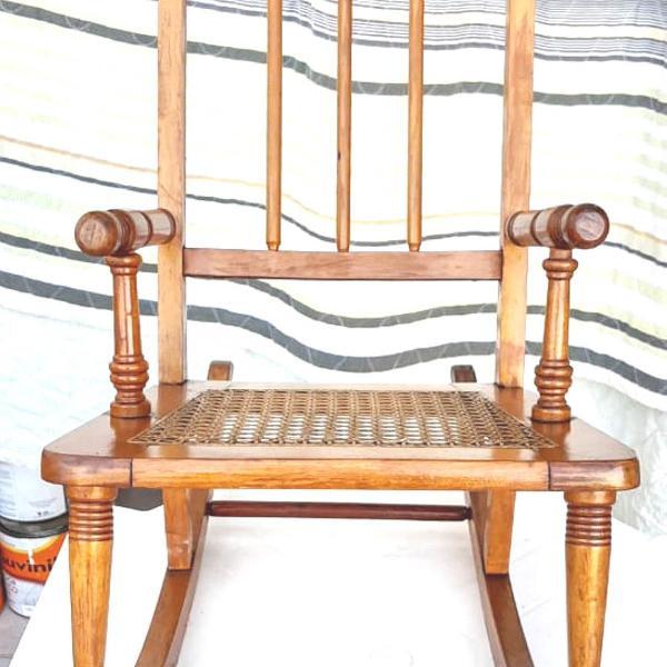 Antiga cadeira de balanço infantil de madeira maciça -