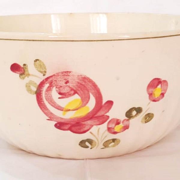 Antiga tigela de porcelana com desenhos pintados a mão -