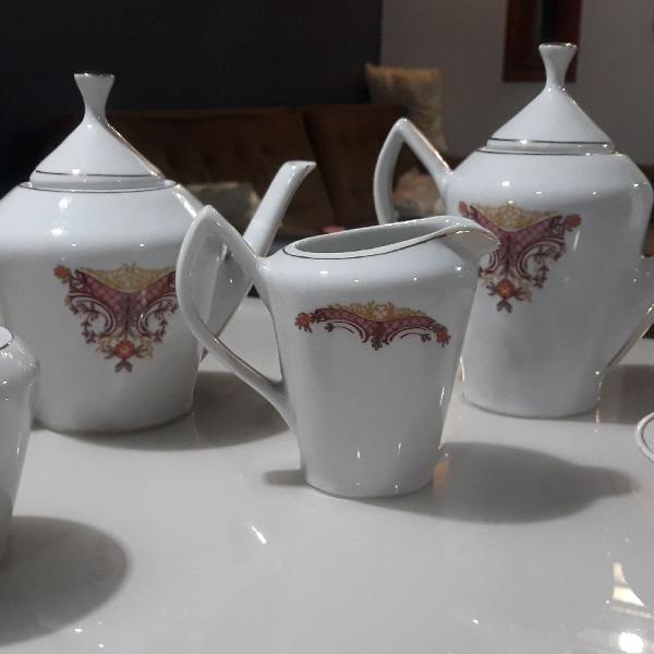 Várias peças de porcelana antiga