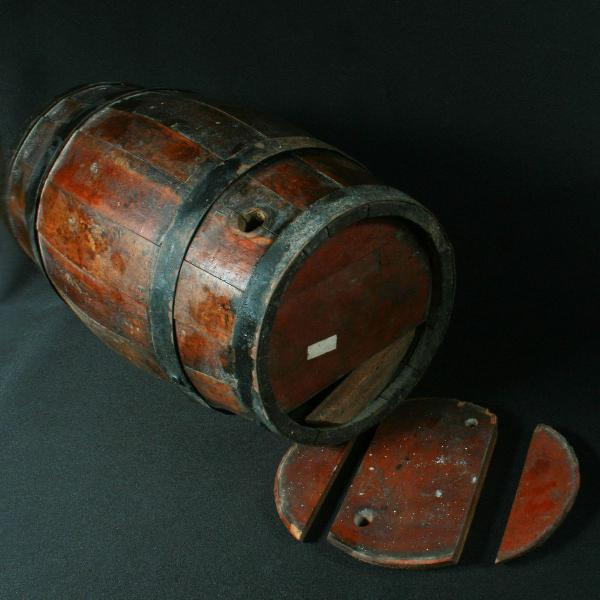 Antigo tonel em madeira pra aguardente precisando de cuidado
