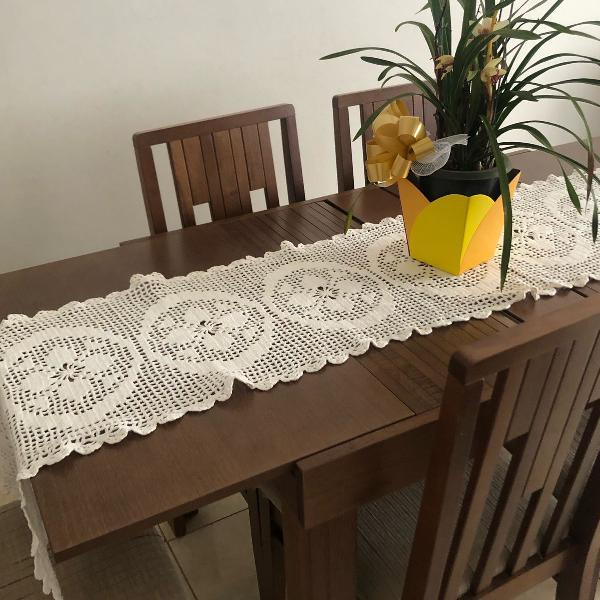 caminho de mesa de crochê feito à mão na cor branca.