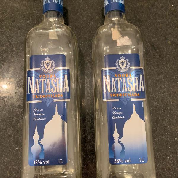 Duas garrafas vazias natasha
