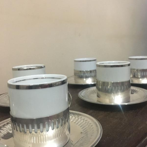 Jogo de xícaras de porcelana com guarnições em prata 90