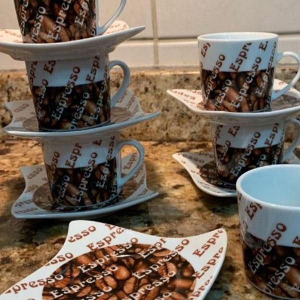 Jogo xícaras de café de porcelana estiloso