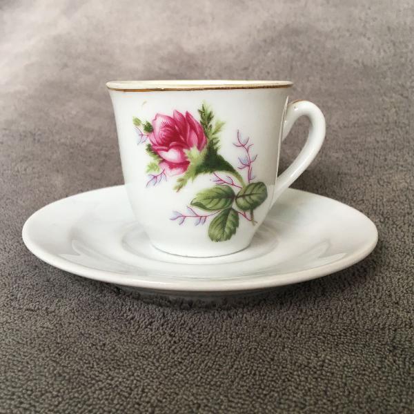 Xícara + pires porcelana floral com filetes dourados