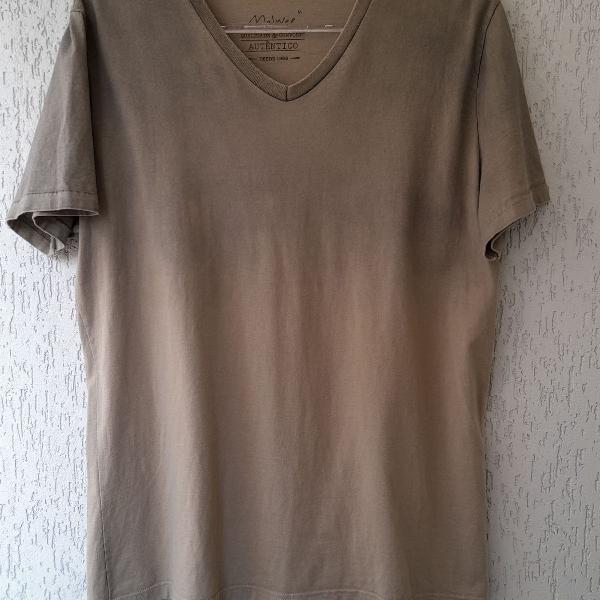Camiseta malwee, decote v, verde degrade e manga curta.