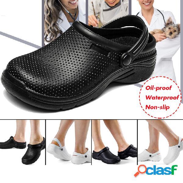 Mulheres que vestem 2 em 1 sapatos impermeáveis leves de enfermeira de jardim de tamancos