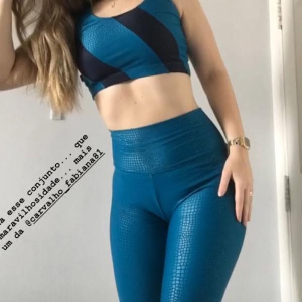 Lindo conjunto azul escama de peixe fitness