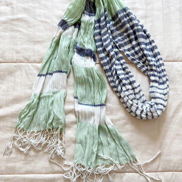 Lenço listrado verde, branco e cinza