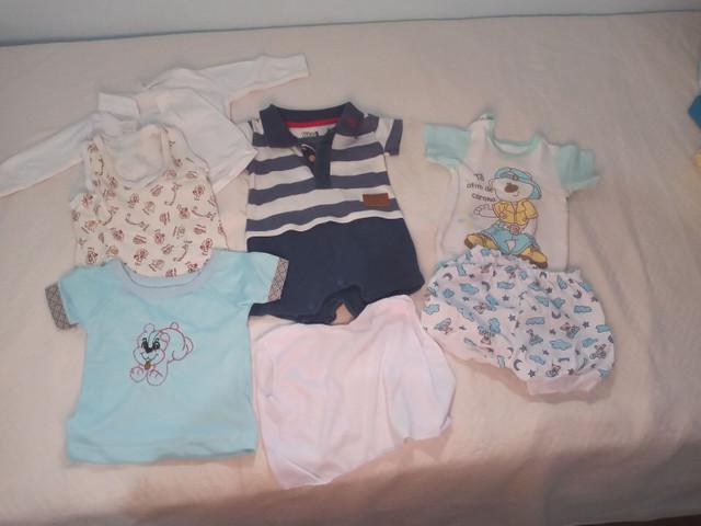 Várias peças de roupas de bebê