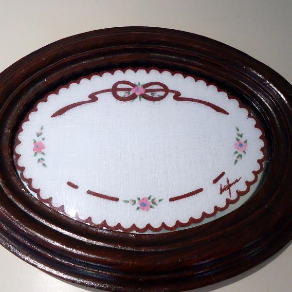 Bandeja de madeira e vidro com detalhe em tecido