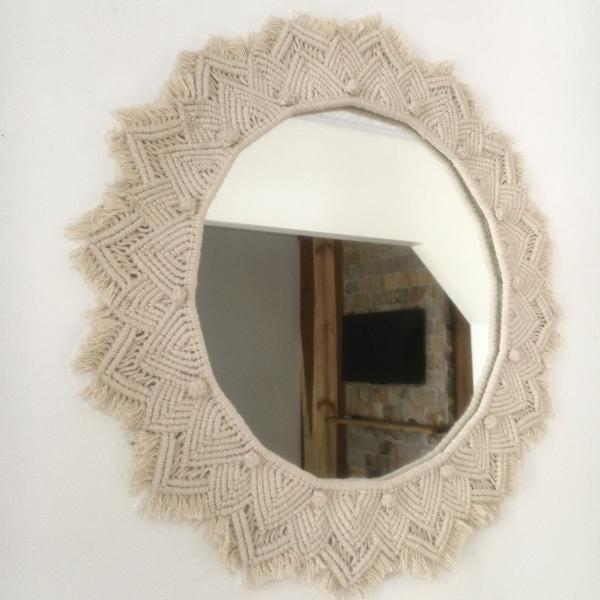 Espelho redondo com moldura em macramê