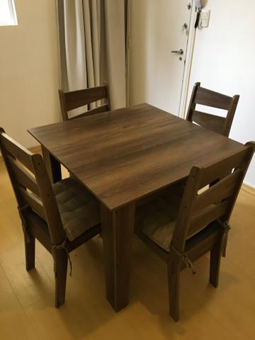 Excelente mesa e quatro cadeiras