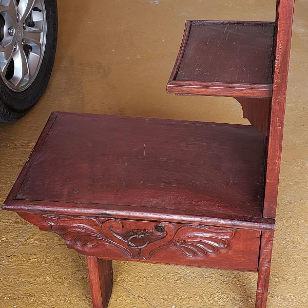 Linda mesa lateral, madeira maciça, com gaveta e chave,