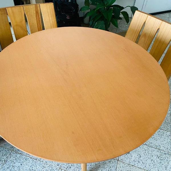 Mesa redonda em madeira seminovo.