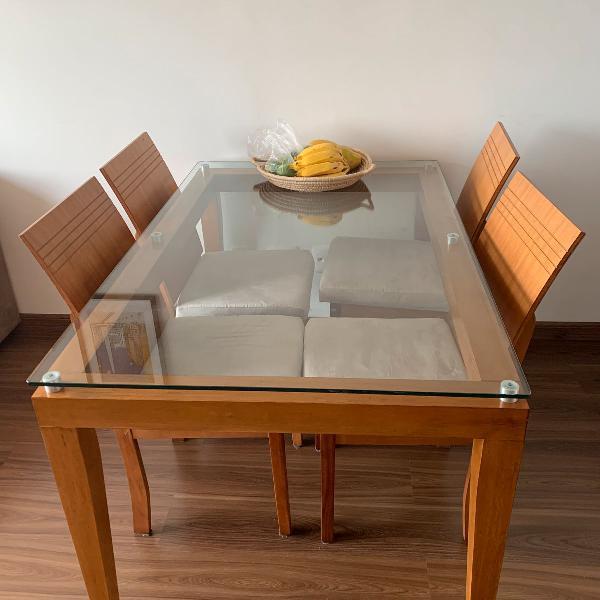 Mesa com tampo vidro e quatro cadeiras